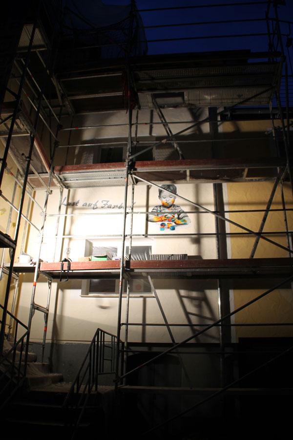 eingerüstete Fassade mit dem Wandbild