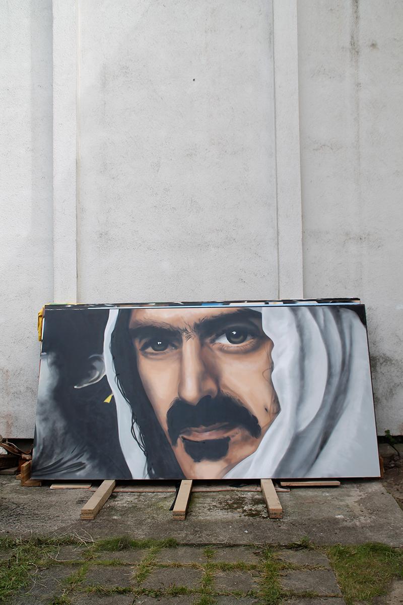 Frank Vincent Zappa mit Sprühlack auf Holzplatte