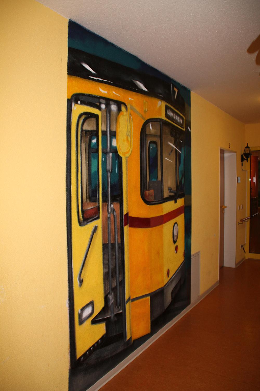Gelber Straßenbahnwaggon mit offener Tür