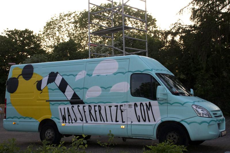Graffiti-Lack auf Transporter. Zitrone mit Strohalm und Sonnenbrille ziert die Oberfläche des Automobils in Köln.