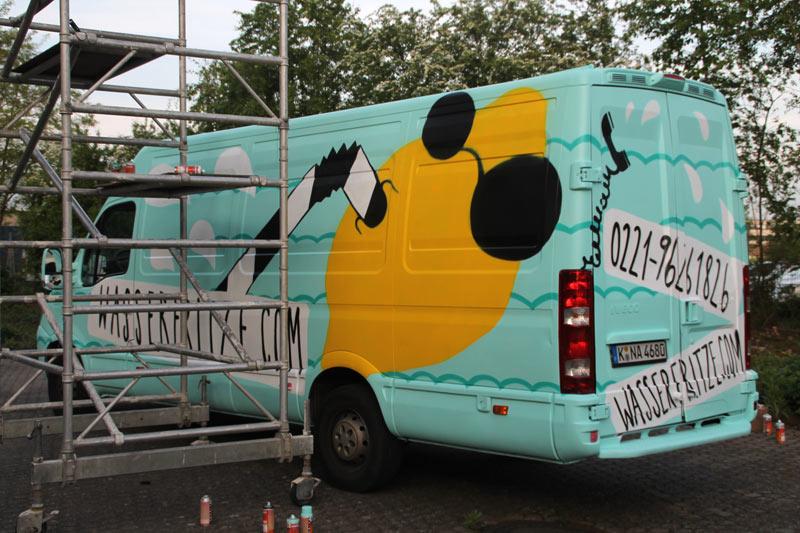 Fahrzeuggestaltung in Köln mittels Spray-Technik.Graffiti als Alternative zu Klebefolien. Abgebildet ist eine Zitrone mit Sonnenbrille, die im Wasser schwimmt. Der Hintergrund ist in Türkiestönen gehalten.