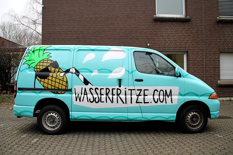 Professionelle Gestaltung von einem Lieferwagen eines Getränkeservice aus Köln durch den Graffiti Künstler Farbkombo. Auf dem türkisblauen Transporter ist eine Ananas abgebildet, die durch einen Strohhalm trinkt.