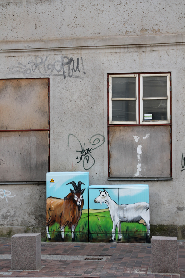 Schaltkasten der deutschen Telekom vor einer noch unrenovierte n Hausfassade
