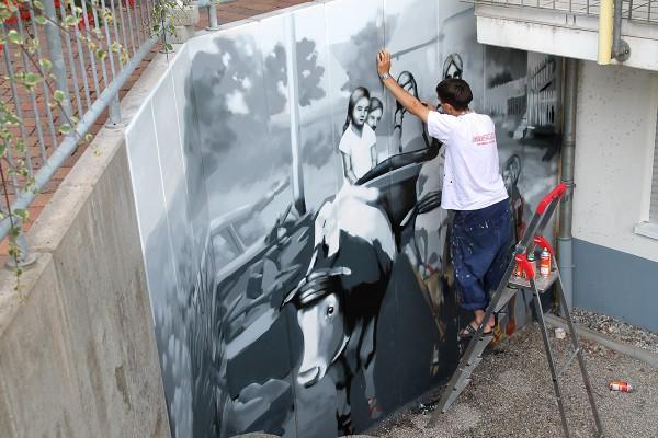 Graffiti-Künstler bei einer Wandgestaltung in Baden-Würrtemberg