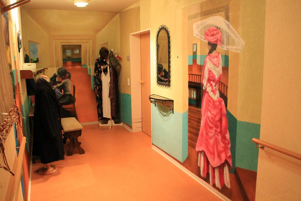 Frau im pinken Kleid steigt die Treppe hinab