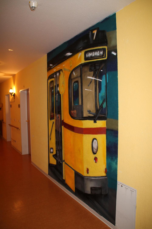 Die Straßenbahn mit Fahrtzielanzeige Richtung Limbach