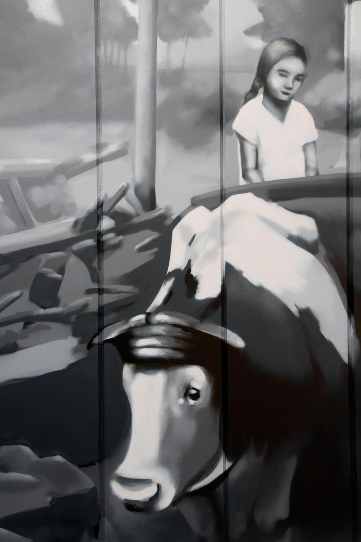 GRAFFITI-KÜNSTLER ODENWALD: Schwarz-weiß-Darstellung Mädchen auf einem Kuhwagen. Detailansicht von Kuh und Kind mit Limbacher Landschaft