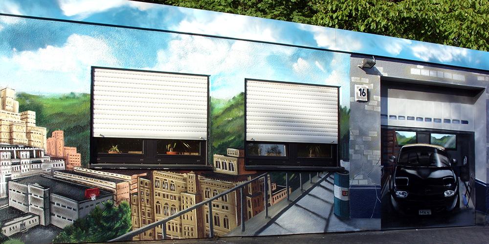 zu sehen ist eine Skyline mit Landschaft und eine Garage, in der ein Mazda als Illusionsmalerei steht
