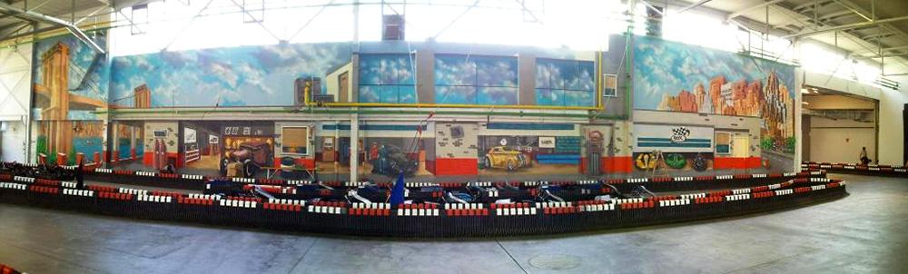 Abgebildet ist eine Großaufnahme einer Boxstop Garagenanlage, in der Oldtimer stehen. Umsetzung des Motivs mit Sprühdose vom Graffiti-Künstler in Karlsruhe