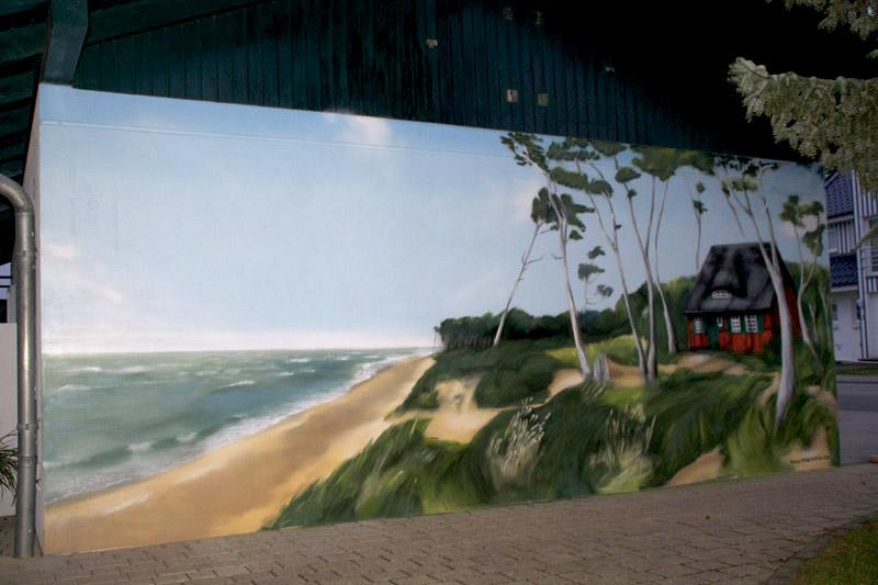 """Graffiti-Sprayer Mecklenburg Vorpommern Ostseeküste als Graffiti gesprüht in Born am Darss bei Godewind. Abgebildet ist ein Strandmotiv mit Windflüchtern und einem Ortstypischen """"Darss-Haus"""" im Wald."""