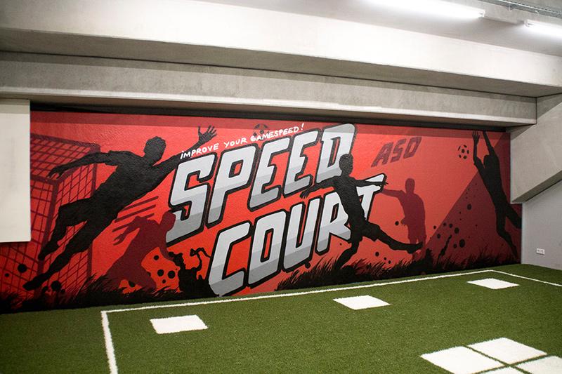Speed Court Typografie auf rotem Hintergrund mit Fußballspielern